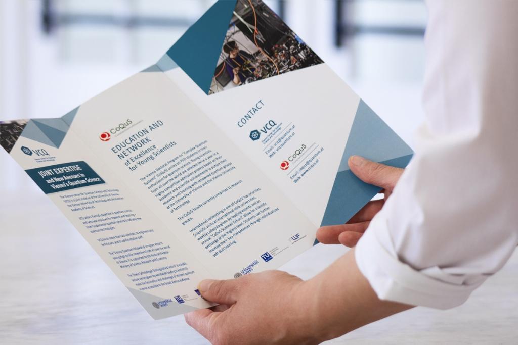 Folder-Gestaltung für das Vienna Center for quantum Science. Der Image-Folder zeigt die aktuellen Forschungsschwerpunkte anlässlich des 5-Jahres-Jubiläums.